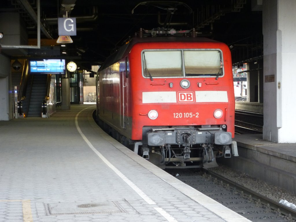 Here you can see 120 105-2 with an InterCity to Stralsund main station on April 3rd 2013 in Hamburg main station.
