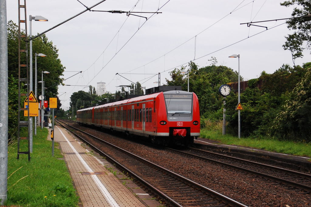 Here you see an doubble unit of an electrial multiple unit of the german class 425 at Jüchen junction, at the line RE 8 from Mönchengladbach to Koblenz. 22th of june 2012