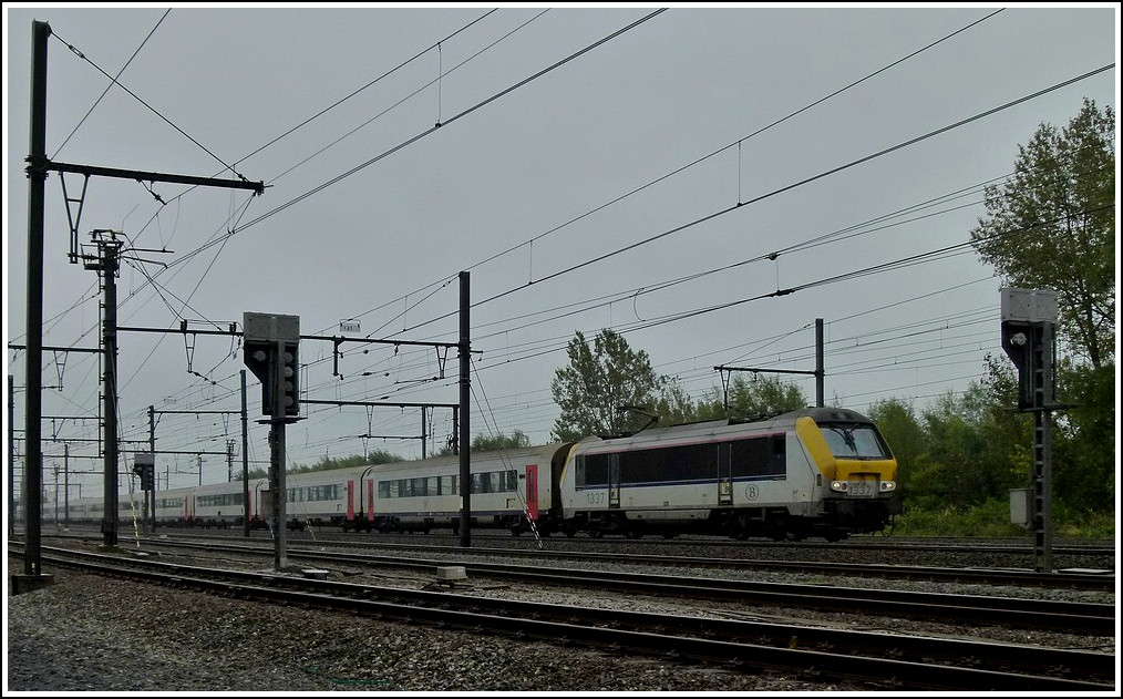 HLE 1337 is heading the IC A Eupen - Oostende in Oostende on October 9th, 2011.