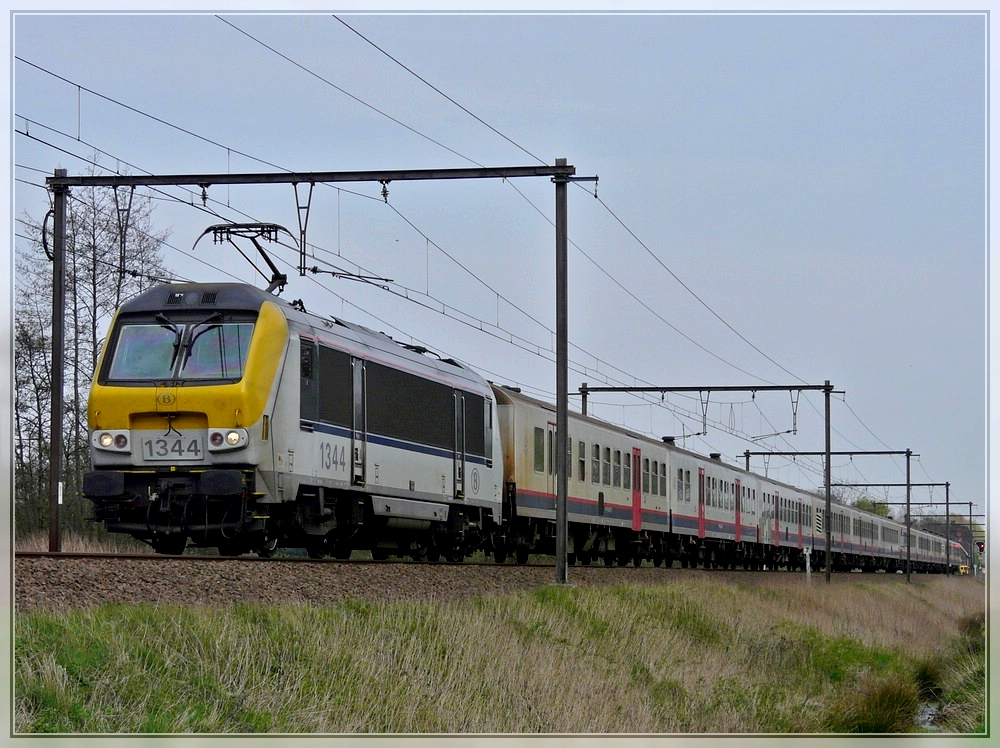 HLE 1344 is hauling M 4 wagons through Hansbeke on April 10th, 2009.