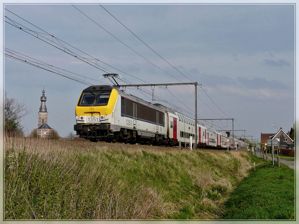 HLE 1351 with bilevel cars is running through Hansbeke on April 10th, 2009.