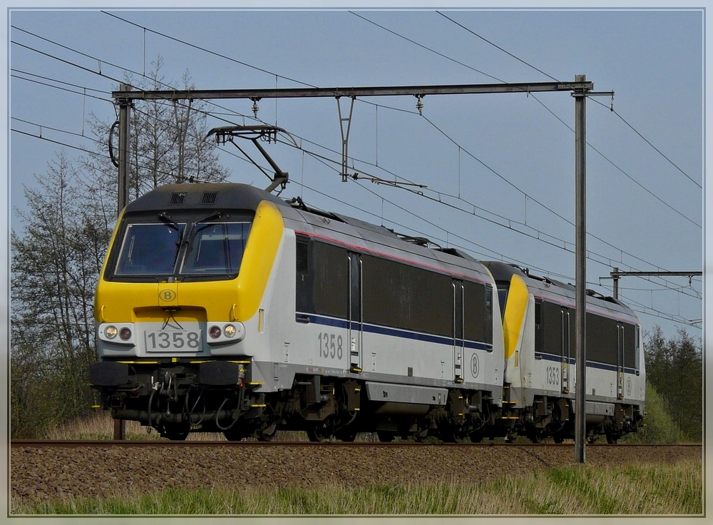 HLE 1358 and 1353 are running through Hansbeke on April 10th, 2009.