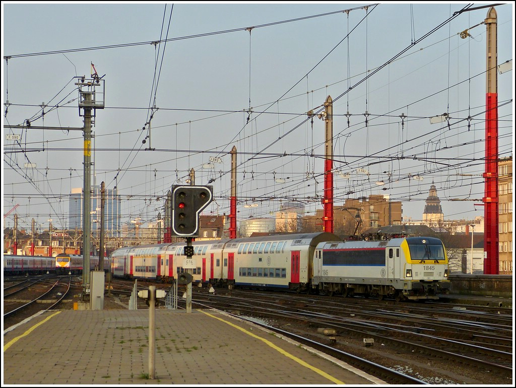 HLE 1845 is arriving with bilevel cars in Bruxelles Midi on March 23rd, 2012.
