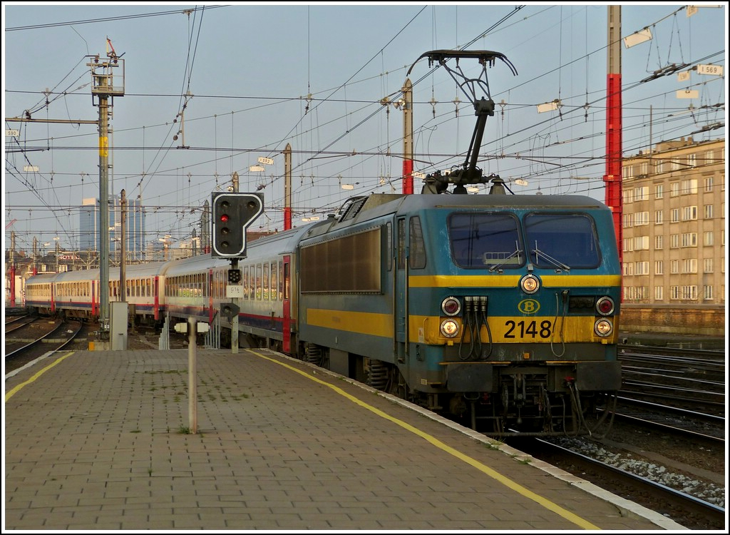 HLE 2148 is arriving with a P train in Bruxelles Midi on March 23rd, 2012.