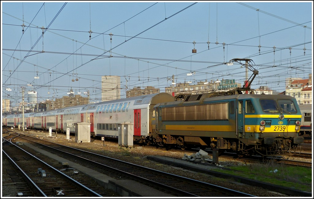 HLE 2735 with bilevel cars is arriving in Bruxelles Midi on March 23rd, 2012.