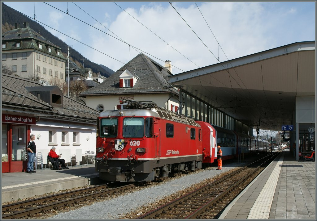 In Disentis the Glacier-Express have to Change the Locomotive and the Rhb ge 4/4 II 620 makes place for the MBG HGe 4/4 103. 