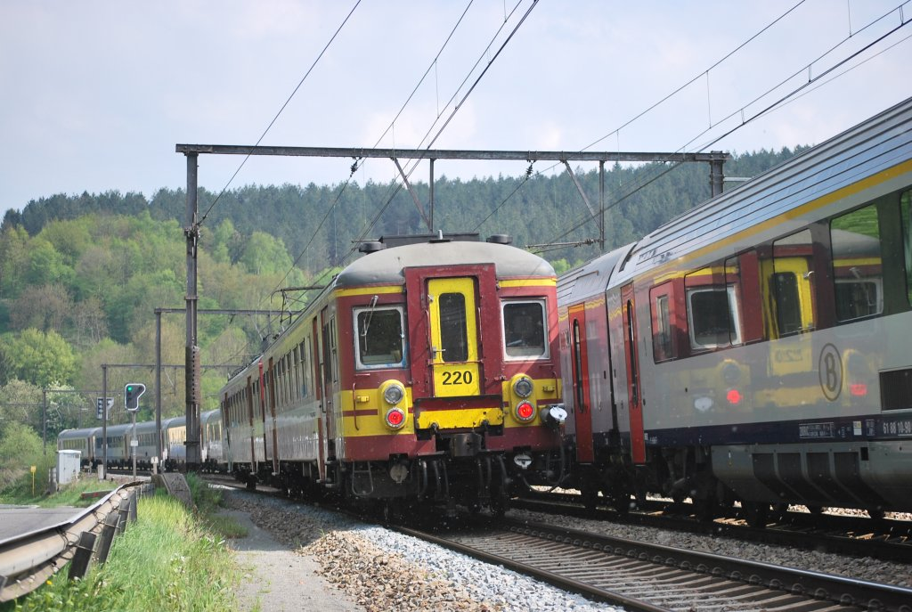 IR-q train to Aachen (D) is passing IC-A Eupen-Ostend near Goffontaine in May 2010.