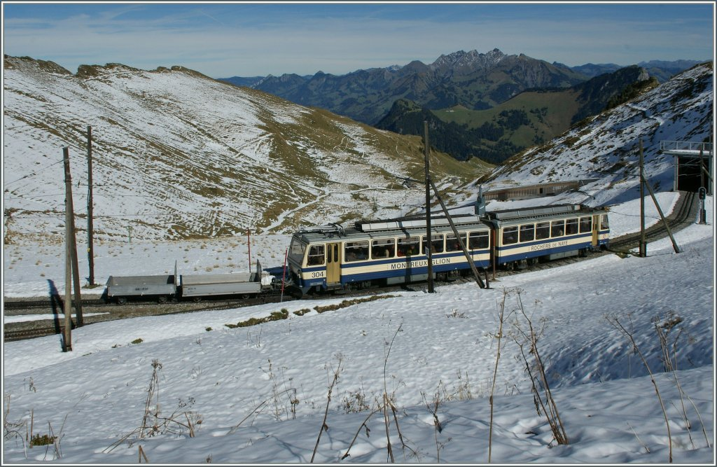 Is arriving on the Rochers de Naye summit Station: The MGN (Golden Pass groupe) BDeh 4/8 304. 