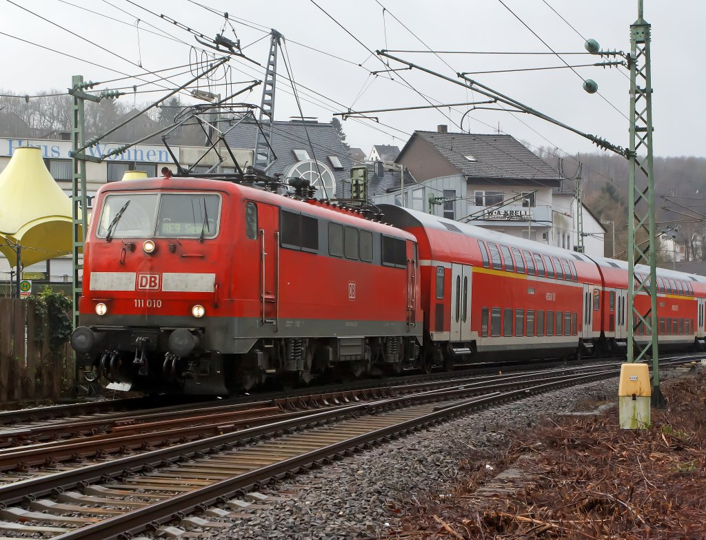 It is again driven Sandwich: The RE 9 (Rhein-Sieg-Express) Aachen - Cologne - Siegen, has left here at the station 08.01.2012 Betzdorf / Sieg and continue towards Siegen. Front pulls lok 111 010, and pushes behind locomotive 111075-8.