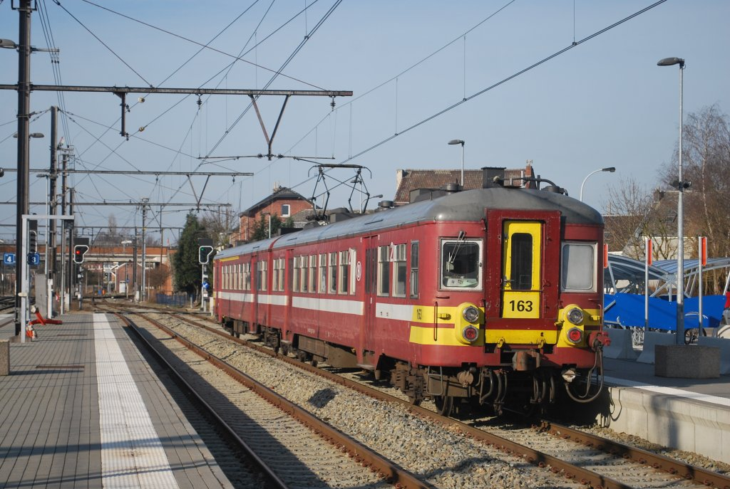 L train heading for Spa-Géronstère is leaving Welkenraedt station on 22nd February 2012; EMU type 62-63