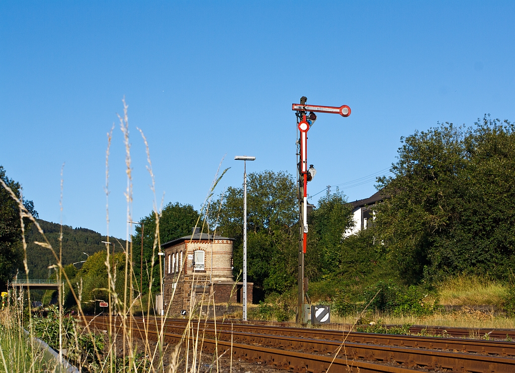 On 23.08.2012 before the switchboard Herdorf East (HO) on Track 2: Signal Hp 0 - Halt, below before is signal Sh 1 - ban lifted, in conjunction with signal Hp 0 indicates the signal that, the driving ban is lifted for the shunting ride.