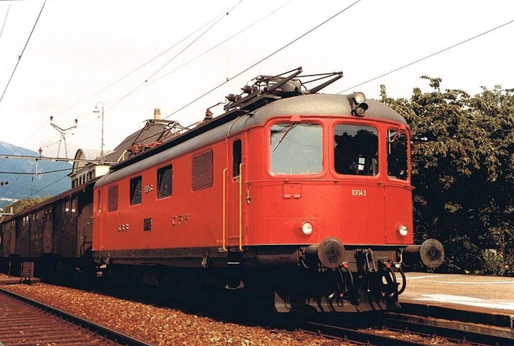 One of the first Re 4/4 In in Red. 