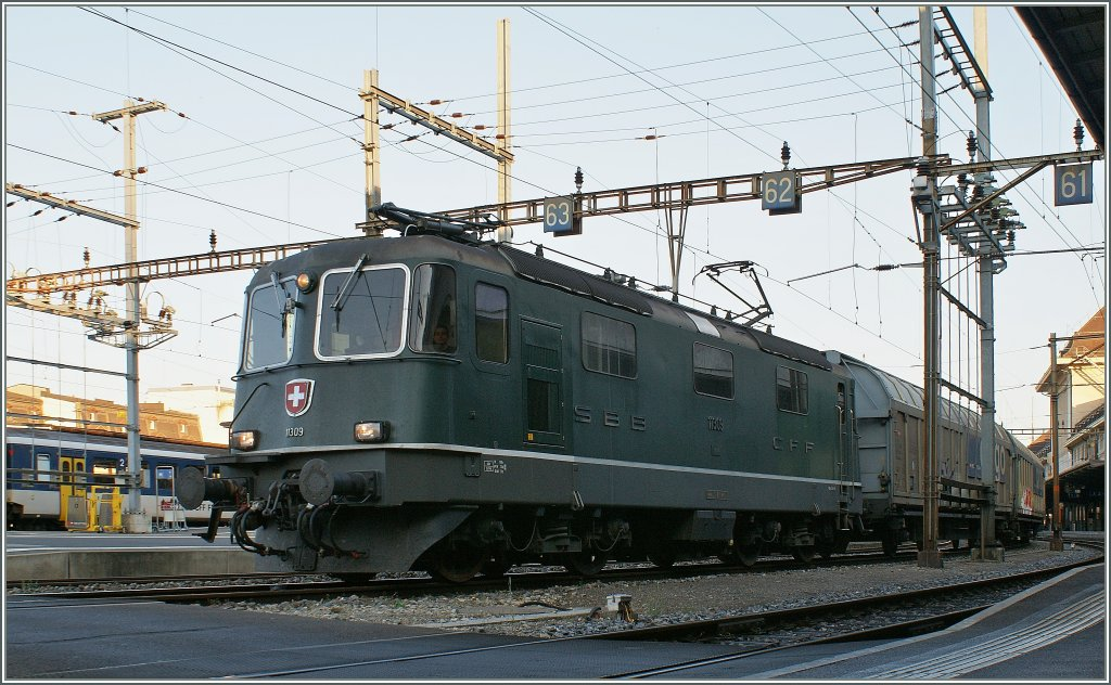 One of the last green Re 4/4 II: Re 4/4 II N° 11309 with a Gargo train in Lausanne. 