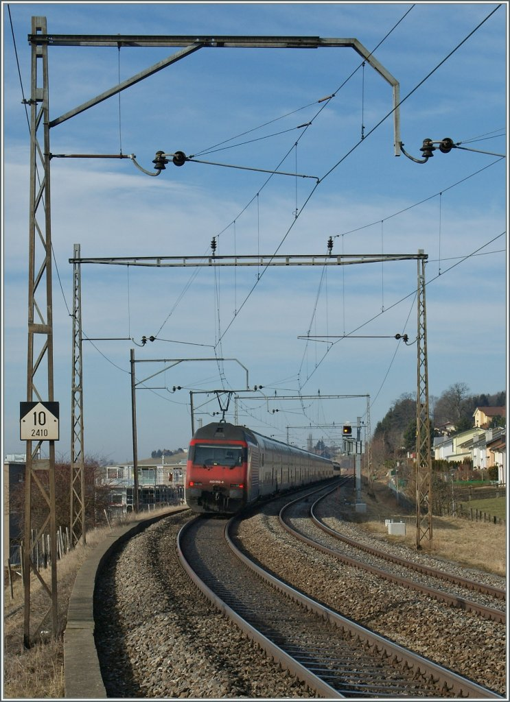 Re 460 052-4 pushes the  Jumbo  IC 710 to Genève-Aéroport. 
