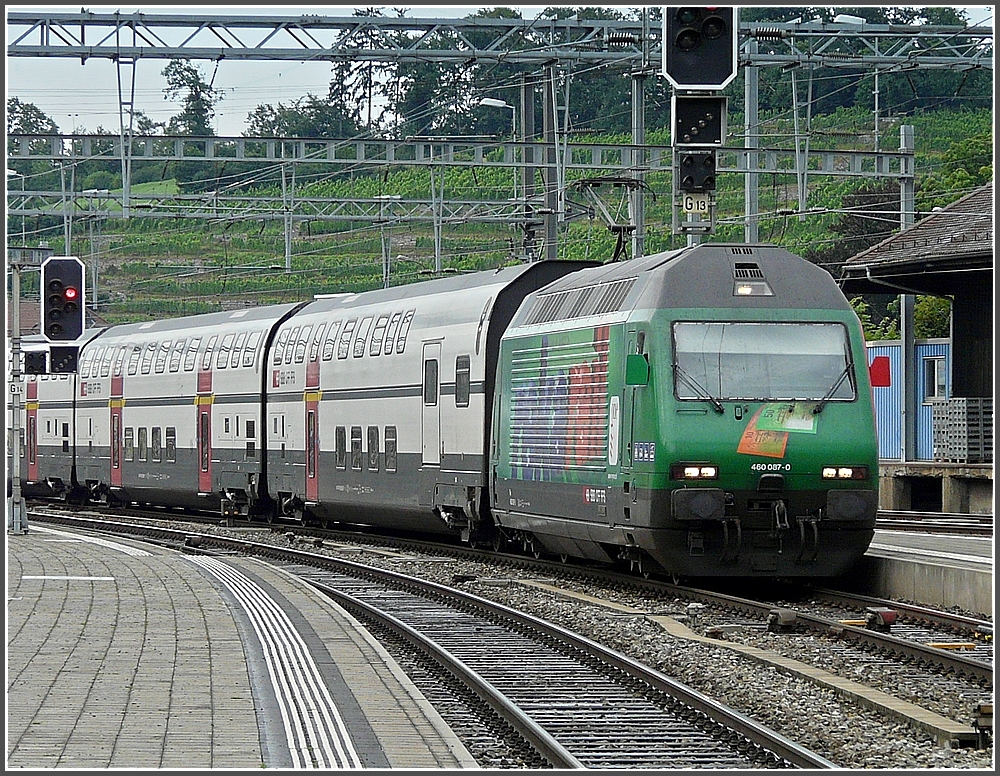 Re 460 087-0 with bilevel cars is arriving at Spiez on July 29th, 2008.