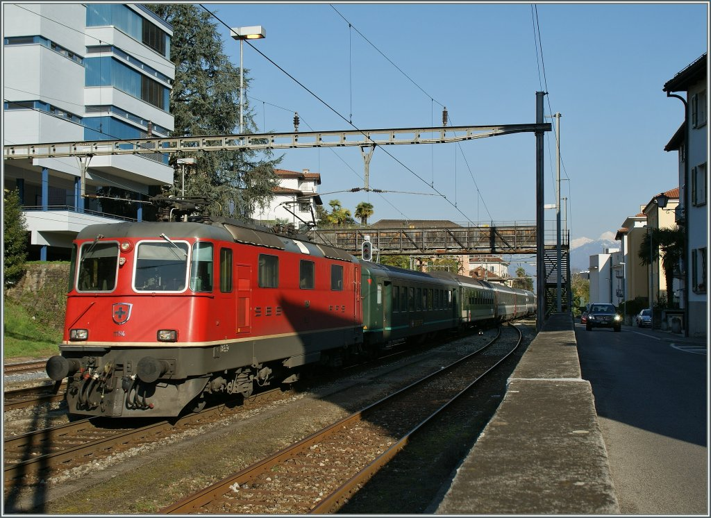 SBB Re 4/4 II 11194 is arriving with an IR in Locarno. 21.03.2011