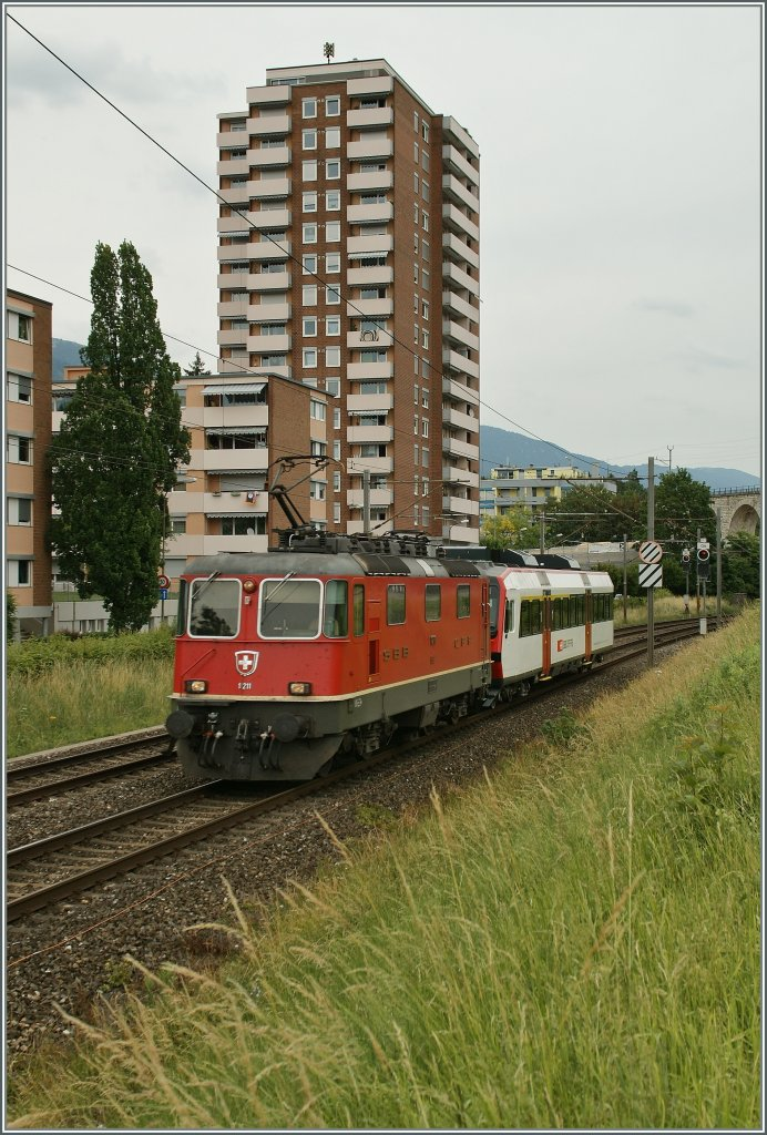 SBB Re 4/4 II 11211 with an Domino ABt by Grenchen.
