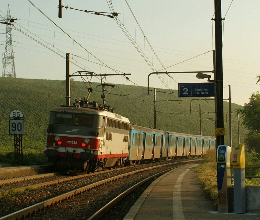 SNCF 25585 with a RIO Composition in the early morning Russin. 