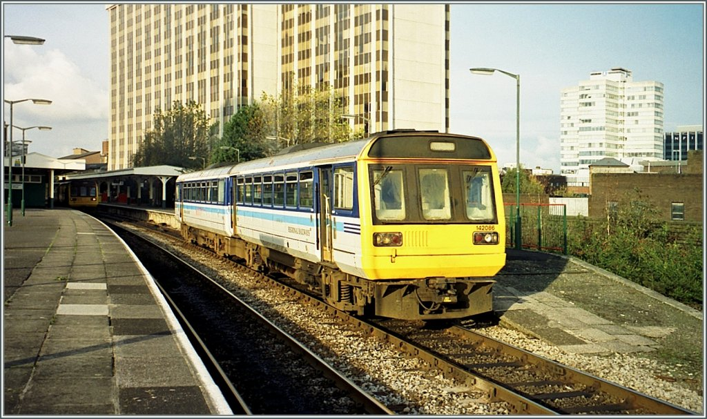 The 142 086 is leaving the Queen Street Station of Cardiff. 