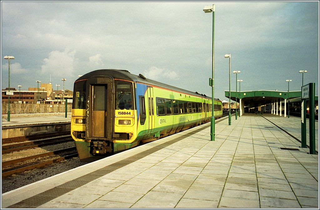 The 158 844 in nice colors in Cardiff Central. 