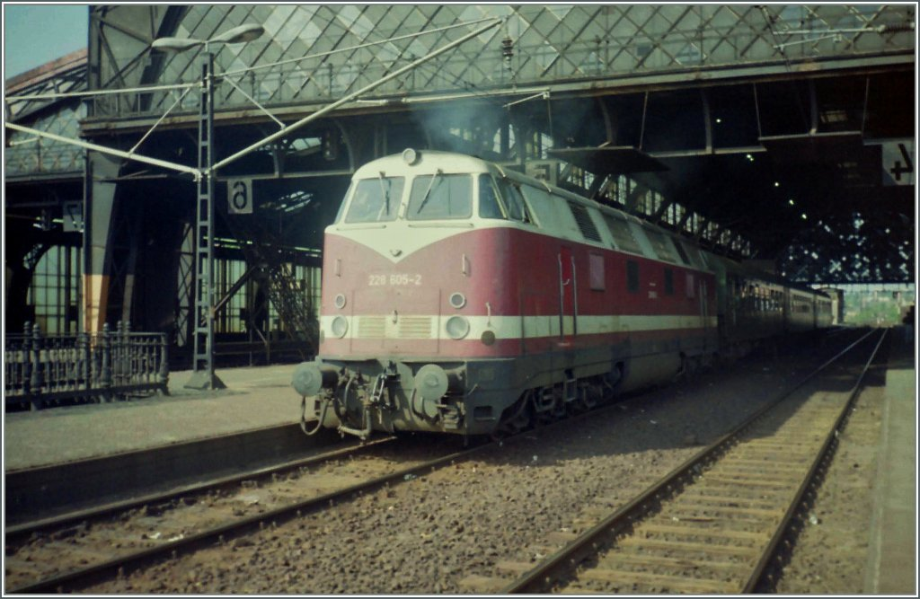 The 228 605-2 is leaving Dresden Neustadt Station.