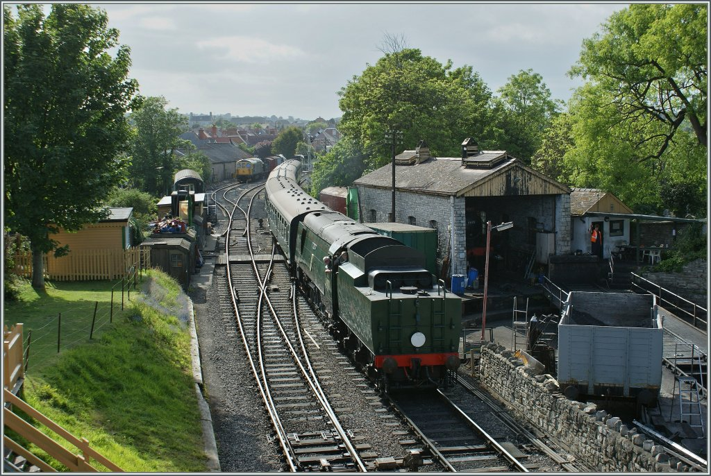 The 34070 (Swanage Railway) is arriving at Swanage. 