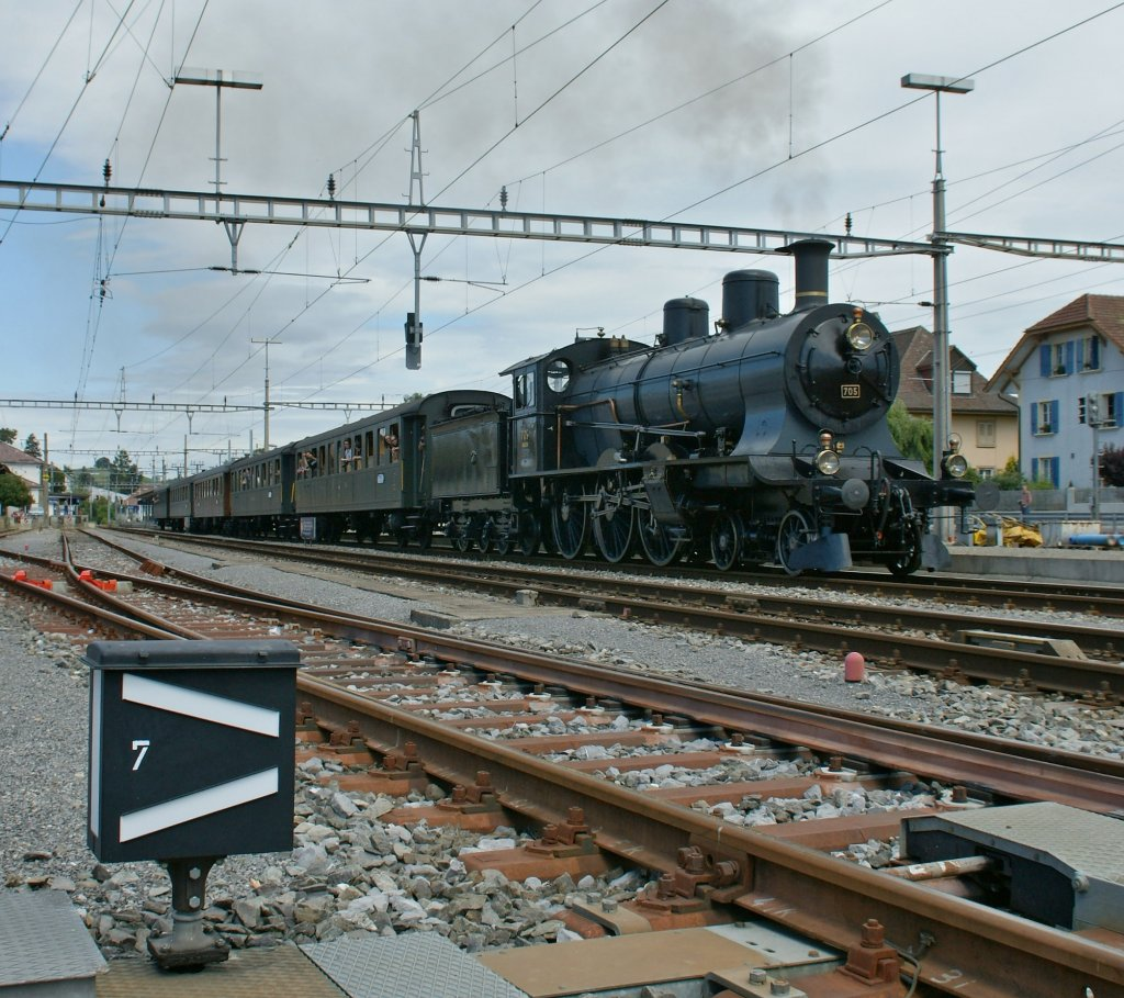 The A 3/5 705 in Murten is leaving to Payerne. 