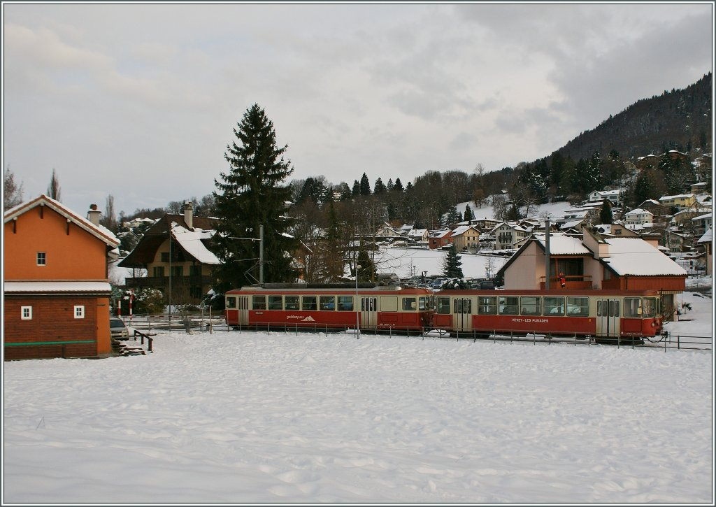 The CEV BDe 2/4 n° 74 and the Bt 222 approaching Blonay Station.