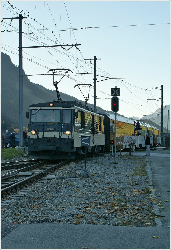 The colour variation: MOB GDe 4/4 with a Golden Pass Panoramic is arriving at Saanen. 