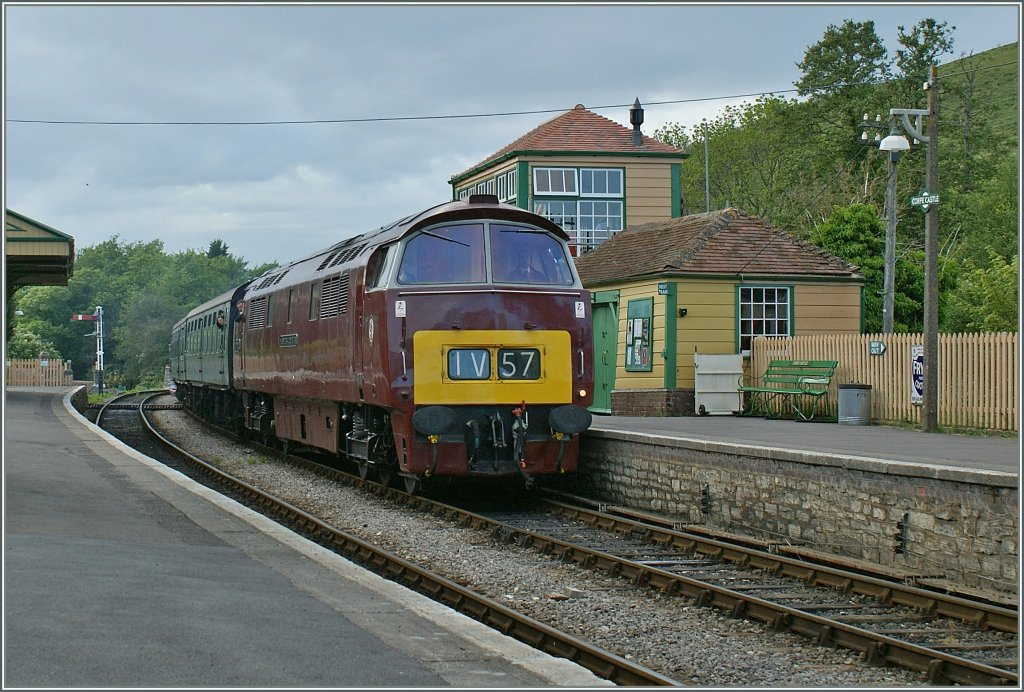 The D 1662 (Class 52) Western Courier by the Swanage Diesel Gala by the stop in Corfe Castle.