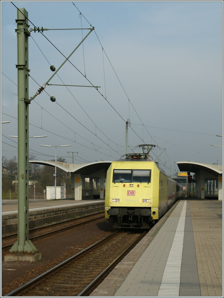 The DB 101 013-1 is arriving at the Heidelberg Main Station. 30.03.2012