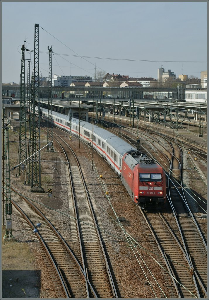 The DB 101 019-8  with an IC is leaving Heildelberg Hbf.