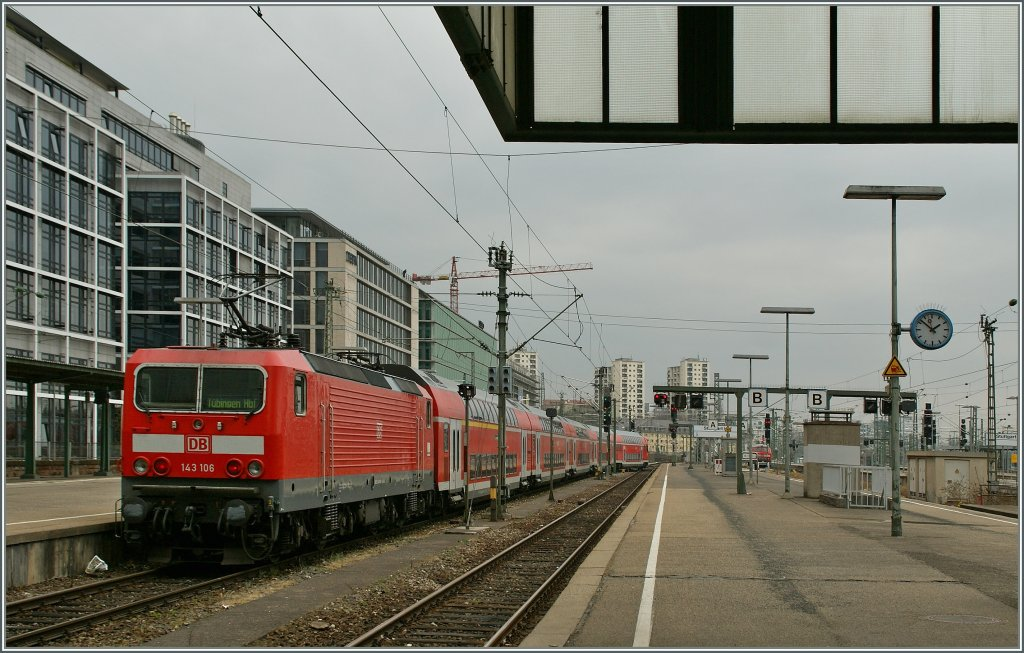 The DB 143 106 with an RE to Tübingen is leaving Stuttgart Hbf.