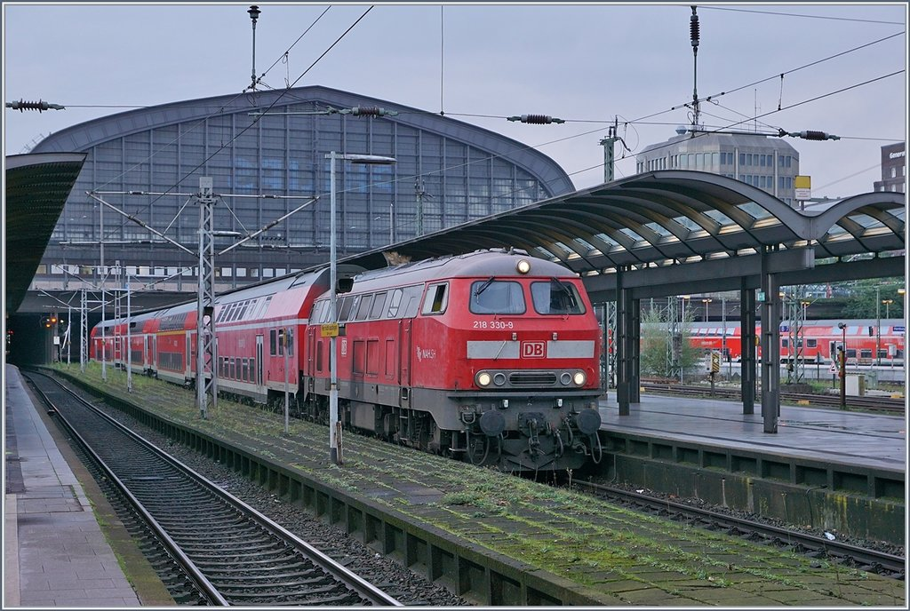 The DB V 218 330-9 wiht a RE to Puttgarden in Hamburg Main Station.