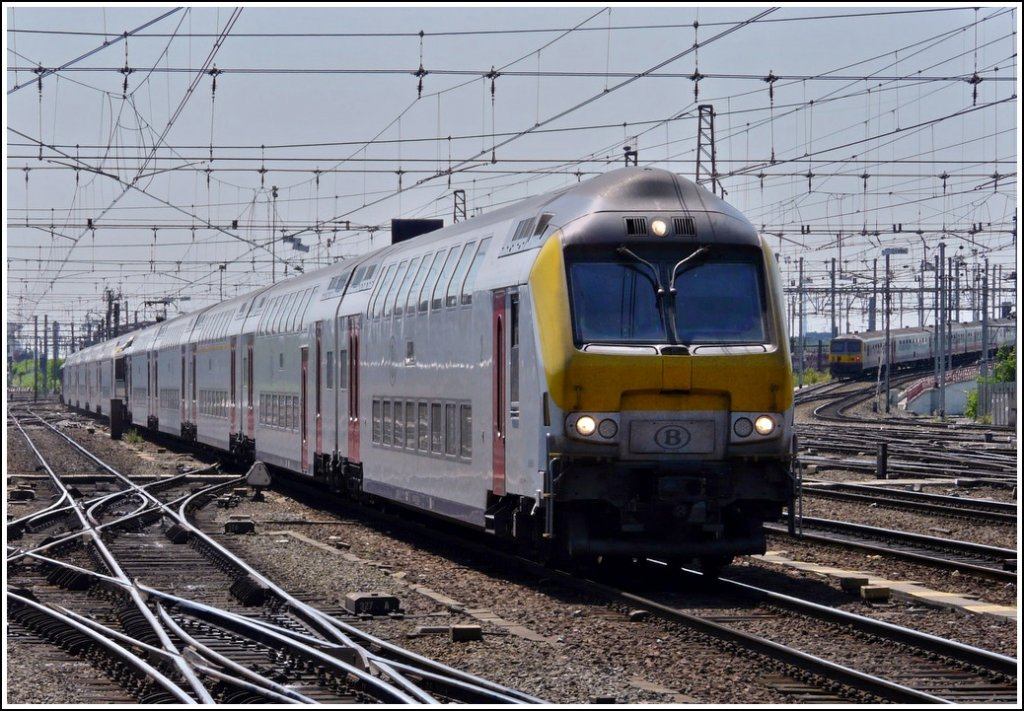 The double IC from Blankenberge and Knokke is entering into the station Bruxelles Midi on May 30th, 2009.