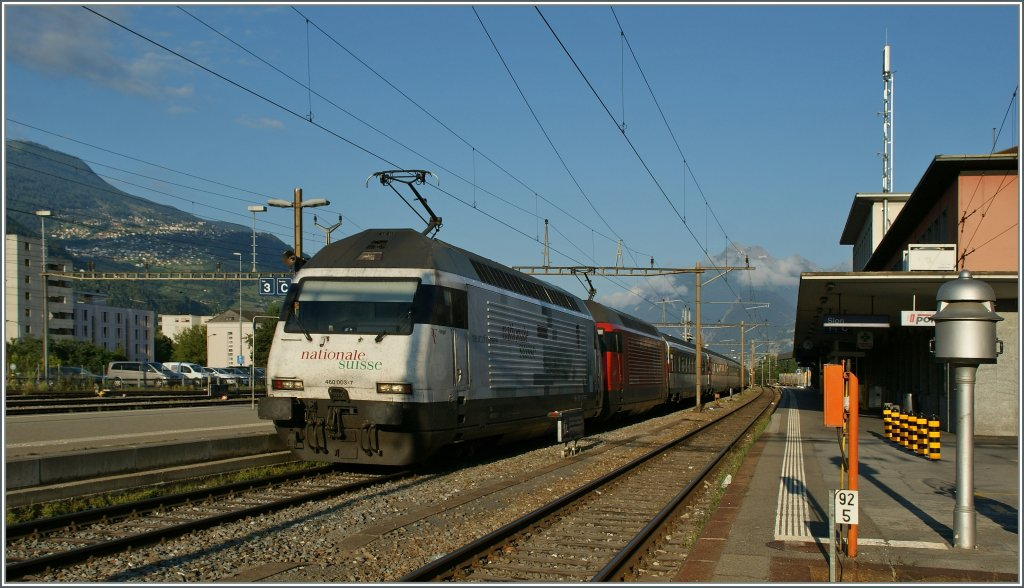 The  Federer  Re 460 003-7 an an other one are arriving at the Sion Station.