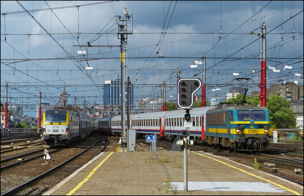 The HLE 2136 with I 10 wagons is arriving in Bruxelles midi, while the HLE 1810 is leaving the station with bilevel cars on June 22nd, 2012.