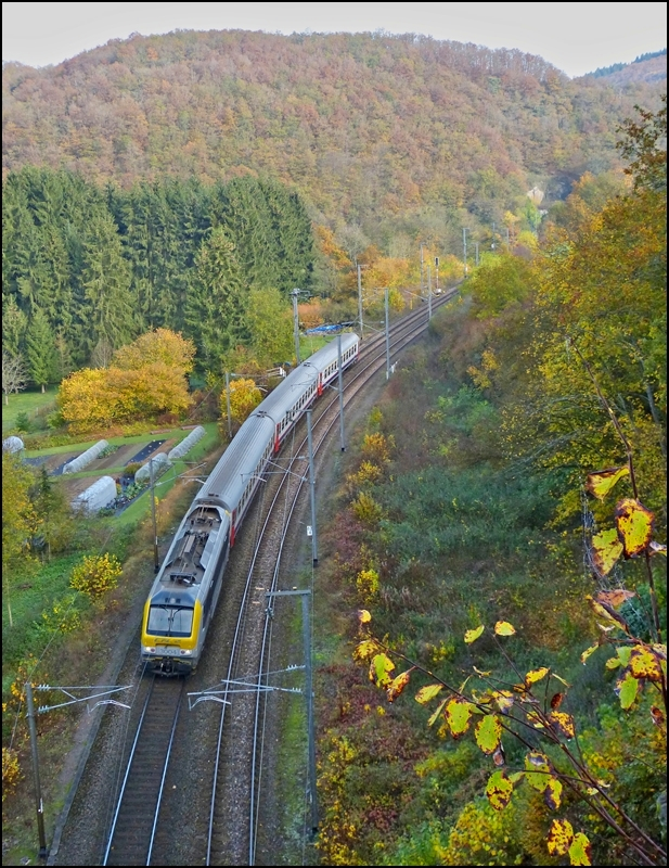 The IR 113 Liers - Luxembourg City is running between the tunnels Kautenbach and Kirchberg just before arriving into the station of Kautenbach on October 22nd, 2012.
