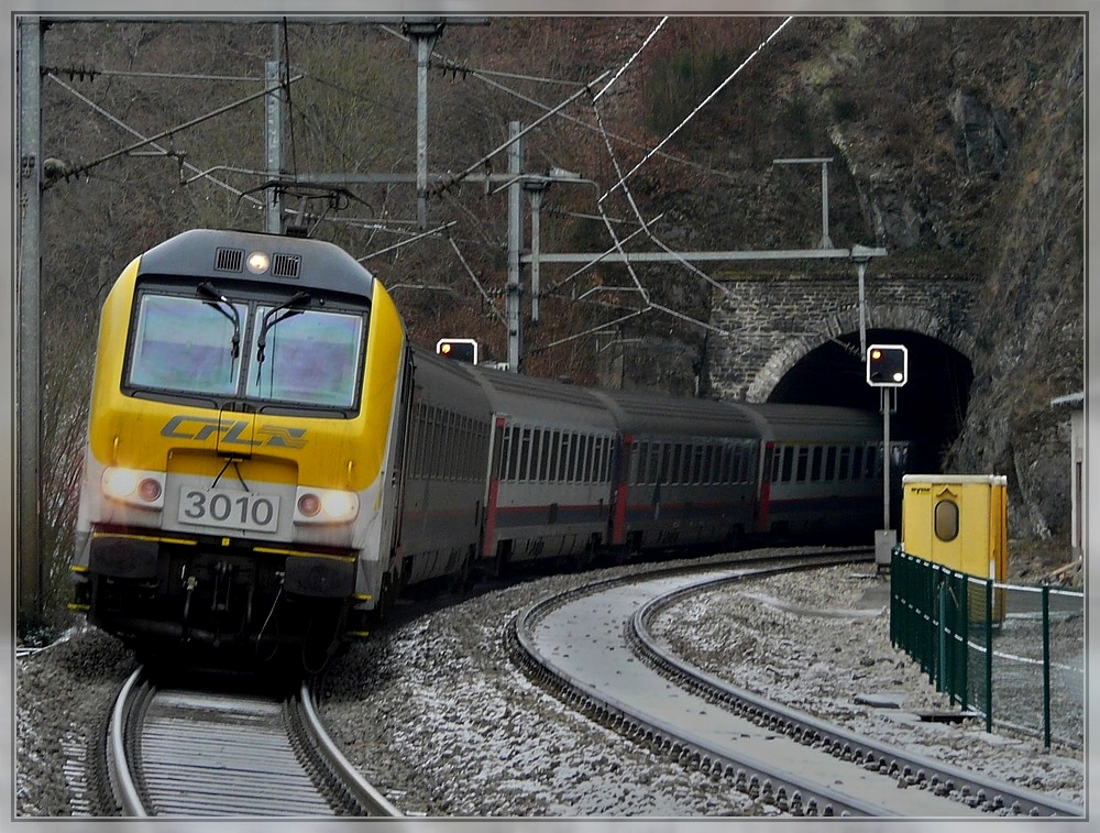 The IR 115 Liers - Luxembourg City is leaving the Kirchberg tunnel just before arriving at the station in Kautenbach on December 25th, 2007.