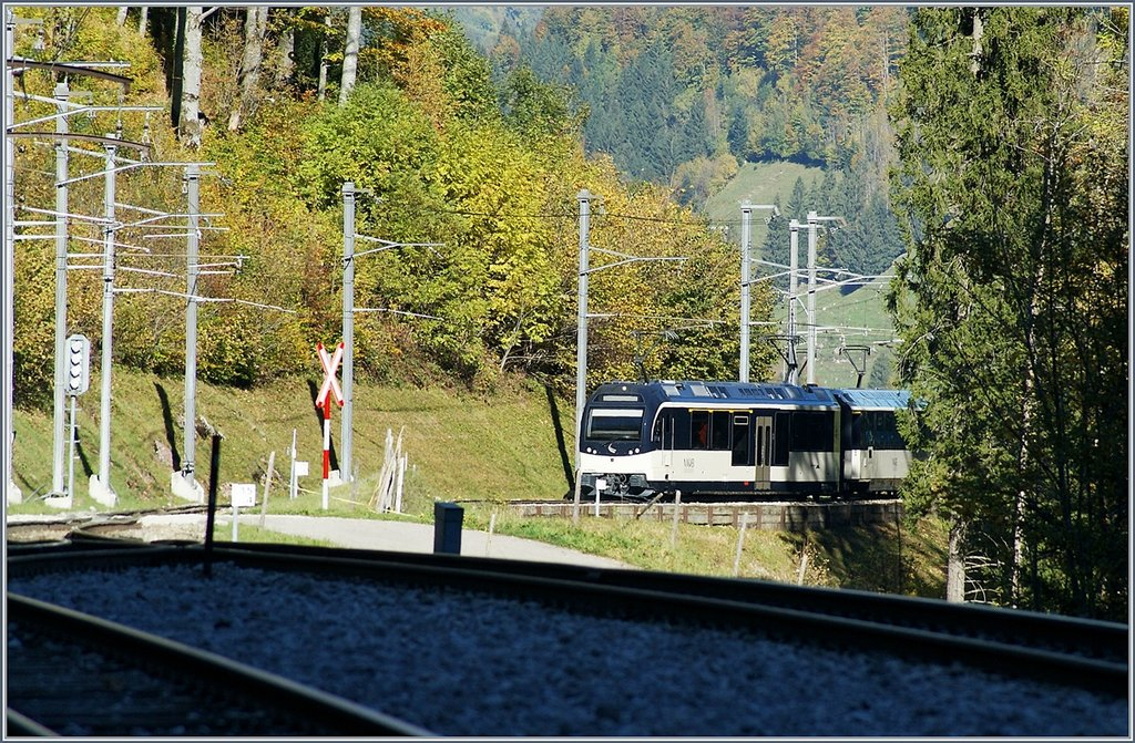 The MOB Alpina locla train (ABe 4/4 9304 - A -B - Be 4/4) 2221 is arriving at Les Cases.