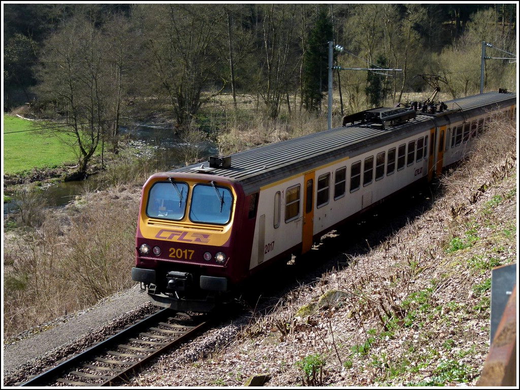 The RB 3236 Wiltz - Luxembourg City is running between Merkholtz and Kautenbach on April 3rd, 2012.