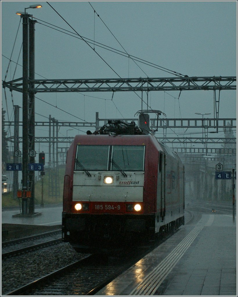 The Re 185 594-9 by a heavy shower in Spiez.