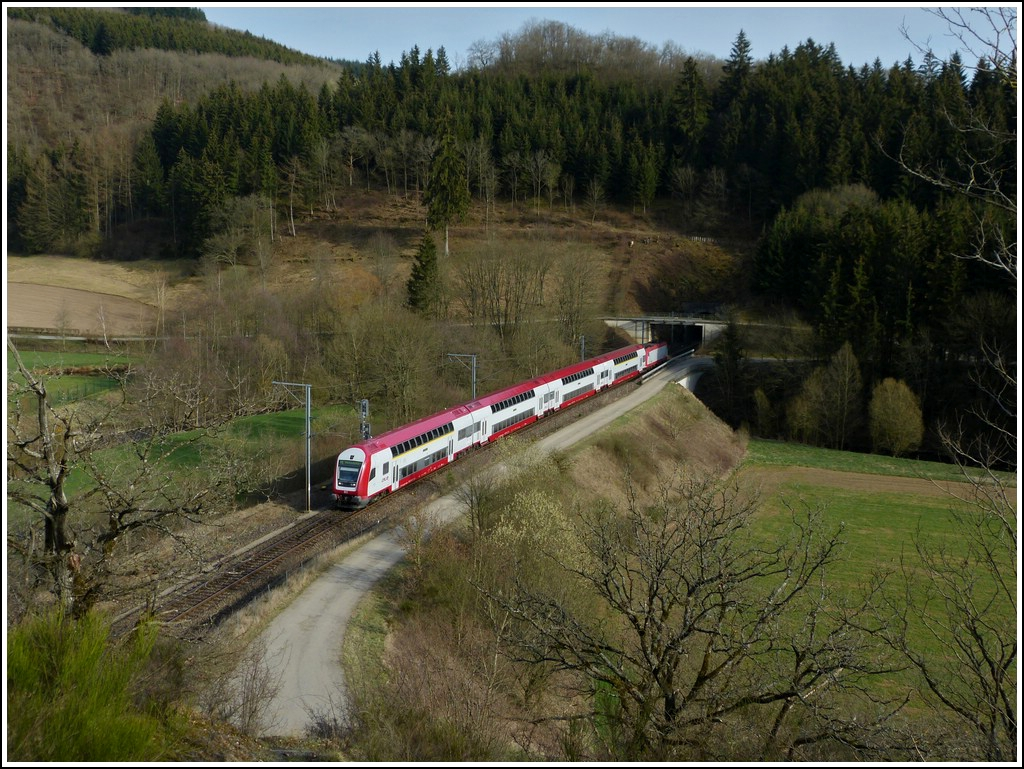 The RE 3766 Luxembourg City - Troisvierges is running through Lellingen on March 27th, 2012.
