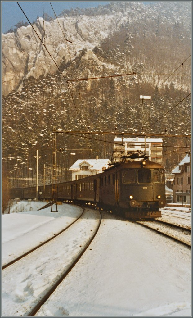 The Re 4/4 I 10039 is approaching Moutier. 