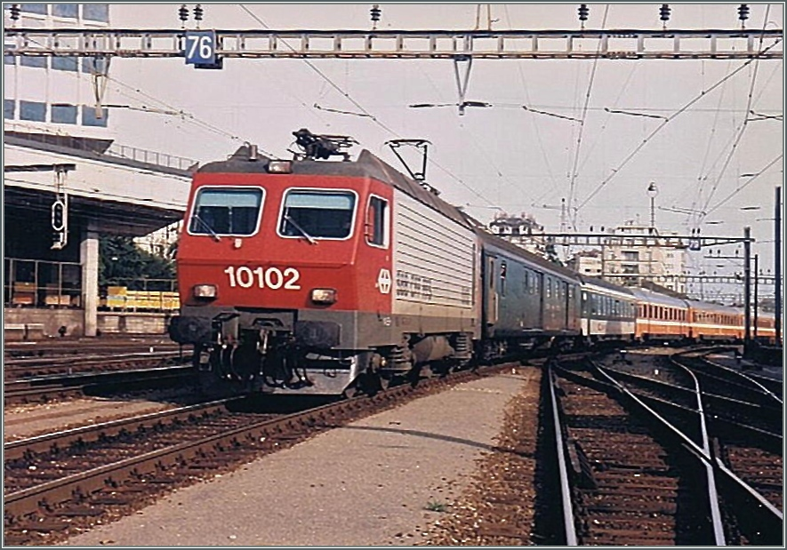 The SBB Re 4/4 IV 10102 is arriving with an EC from Milan to Paris in the Lausanne Station.