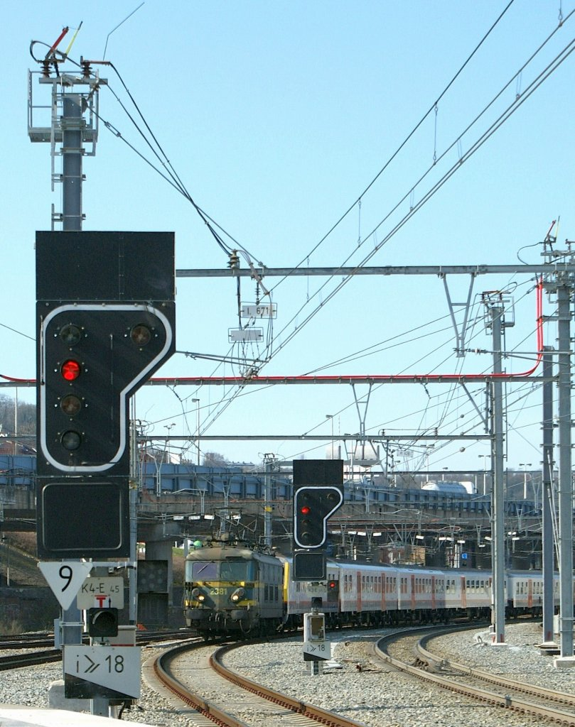 The SNCB 2318 pushes an IC over the ramp by Liège. 