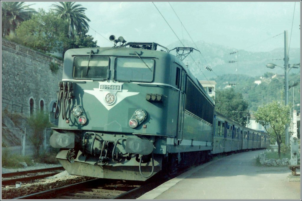 The SNCF BB 25658 with a local train to Cannes in Menton.