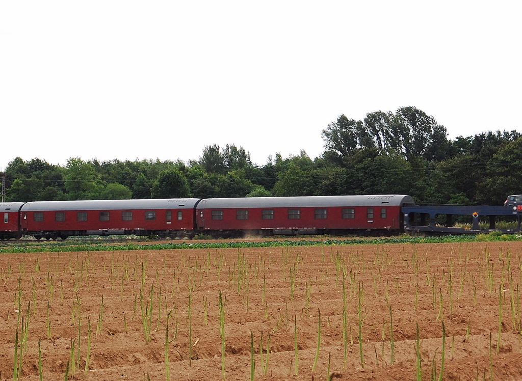 These are some of the sleepingcars of the internationalcartrain from Alessandria in Italy to Eindhoven in the Netherlands. It went by on sundaymorning about a quatre to eleven am. Pulled is the train by an german class 110 locomotive until Venlo Nl.