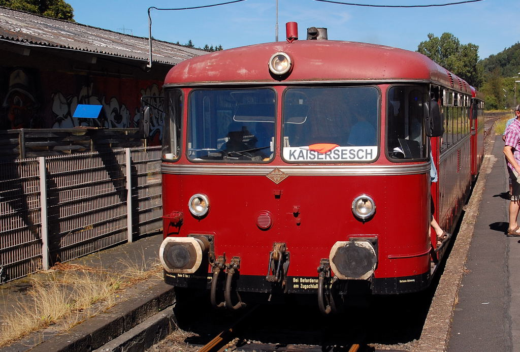 This photo shows an old german railbus from the companie  Uerdinger  it is owned now by the club V E B in Gerolstein/Eifel. It is on an touristic railroad line in duty and stued here at Daun station on the way to Kaisersesch. 2012/8/18