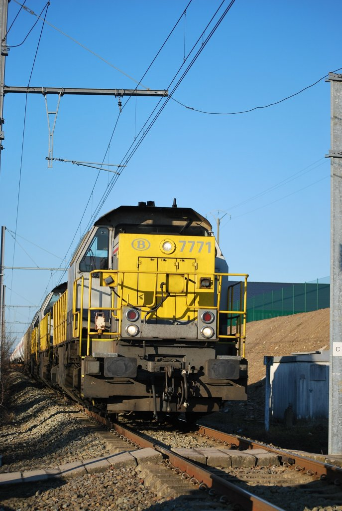 Three diesel engines type HLD 77/78 hauling a freight train on line 39 towards Germany (December 2008).
